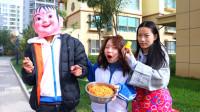 食堂按头的大小打饭,学生为了多吃饭,带着玩偶头套打饭