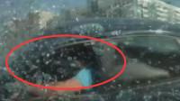 女司机闯红灯,致使3车相撞,监控曝光惨不忍睹一幕