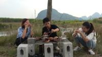 小莫搞野美食记,抓到野味直接烤,3个人吃8只,这吃法太过瘾了