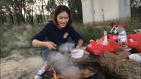 小情侣为怀念穷游生活,带上锅碗瓢盆,跑到大桥下煮起了火锅