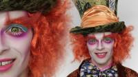 当美女将男友化妆打扮成疯帽子,你觉得有几分相似?