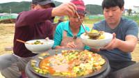 韩国普通家庭的一顿饭,铁锅炖菜,父子两一人一大碗