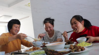 胖妹走亲戚,妹妹整上7个菜,胖妹2碗饭下肚,喝汤都用大碗装