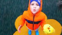 萌娃小可爱可真是会玩呢!小家伙的玩偶们真是萌萌哒!—萌娃:下雨啦!回家收衣服啦!