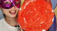 """小姐姐吃""""巨型玫瑰花橡皮糖"""",鲜红夺目娇艳动人,香甜有嚼劲"""