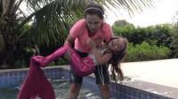 小萌宝和妈妈一起在游泳池玩,但她怎么变成美人鱼了?