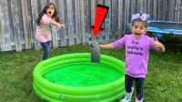 萌宝儿童卡通玩具:为何小萝莉们这么调皮把手机扔进水里,为何?