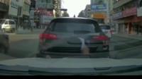 """女司机再现""""神操作""""一口咬定前车后溜, 监控拍下搞笑42秒"""