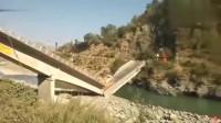 大货车过桥,突然发现不对劲,监控拍下让人惊心的一幕