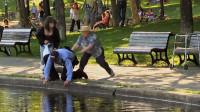 老太太将捡眼镜的警察推进河里却诬陷给路人,路人满脸委屈:真的不是我!