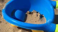 妈妈的沙子车来装沙子了,装了好多的沙子,结果被妈妈推坏了!