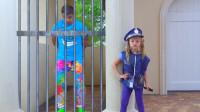 糟糕!萌娃小萝莉的爸爸乱扔垃圾被警察抓起来了!爸爸:知道错了