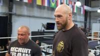 拳王泰森富里在WWE练习摔跤技巧 人间怪兽仗着自己的经验欺负新人