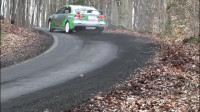 开车这么快,这样的速度简直就是不要命,实在太危险了