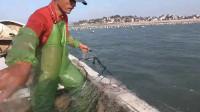 大叔出海收渔网,连收几大包捕到各种值钱海货,越拉越兴奋太刺激了
