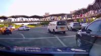 男友在副驾驶座大喊刹车刹车女友噢,踩错了,不好意思