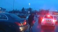 两个女司机同时倒车,意外的一幕出现了,这监控我看一遍笑一次