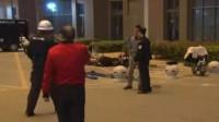 南京一男子因家庭纠纷扼死妻子儿子,在警方破门时跳楼身亡