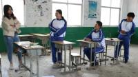 男同学想去厕所老师让等到下课,没想男生在教室里蹲下,太逗了