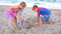 萌娃小可爱们在沙滩玩起了寻宝游戏,小家伙们挖到了好多有趣的玩具,真是棒棒哒!