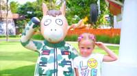 萌娃小可爱去到了一座有趣的儿童乐园,这里有好多可爱的动物塑像,真是萌萌哒!