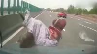 老大爷摩托车逆行高速,视频车瞬间措手不及,监控拍下悲剧瞬间!