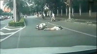 灵异事件:电动车女子摔倒路上不动,监控还原了真相!