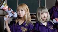 八卦:迷惑行为大赏!日本女星狂踹前排男粉丝 对方极度兴奋微笑以对