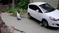 活该!女司机上坡溜车撞死人,家属逼其下跪