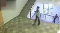 """灵异事件:监拍女子上楼梯""""诡异""""一幕,像被人控制一样"""