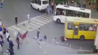 这辆公交车也太疯狂了吧?监控拍下车祸过程!