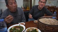 阿远带老爸吃牛肉罩饼,103块钱花的值,蒸饺、凉菜仨人没吃完