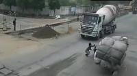 电动车男子为活命,做出了让司机都笑出声的举动