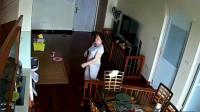 女保姆从卧室出来,不停的提着裤子,恶心举动被监控全程拍下!