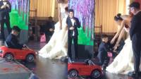 男孩给新娘送戒指,下一秒的动作,众人都笑翻了