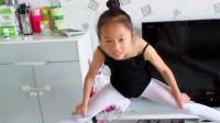 女儿在家练习舞蹈开胯,下去那一刻痛苦的表情,让我太心疼了