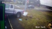 惊心动魄!国外一辆皮卡车撞上正在等路灯的公交,摄像记录了全过程。
