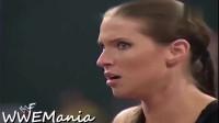 WWE:巨石强森真是狠人啊,不仅殴打裁判,连老板的女儿也不放过!