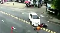 最惨车祸,监控拍下女子死亡前2秒!
