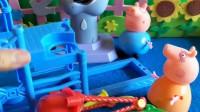 猪爸爸给乔治和佩奇买了新的拼装玩具,猪爸爸不会拼,小朋友你们能告诉猪爸爸怎么拼吗?