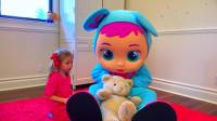 萌娃小可爱帮助熊爸爸照顾宝宝,两个小家伙真是萌萌哒!—萌娃:小家伙,你饿了吗?