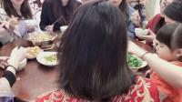 见过边吃饭,边扎头发的新娘吗?时间紧迫,真是为难造型师了