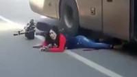 电动车扎进大车车底,女司机大喊:救救我,监控拍下心酸一幕