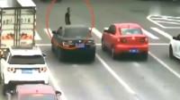 女司机等红灯时扔下车就跑,调取监控,才知道她有多么机智