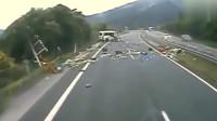 """监控拍下运尸车在高速上莫名出车祸后,""""死尸""""复活"""