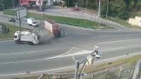 两辆大货车相遇,司机拼命刹车却刹不住了,监控拍下全过程!