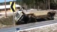 大货车奇葩翻车,监控拍下这诡异的车祸