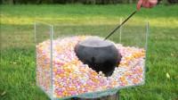 将一袋可乐埋进曼妥思中,用针扎爆会怎么样?结果意想不到!