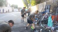 驻港部队官兵走上街头清理路障 市民热烈鼓掌大喊加油