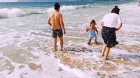 快来看啊,这几天海南三亚亚龙湾的海浪真漂亮了,大有一泻千里之势,美不胜收!